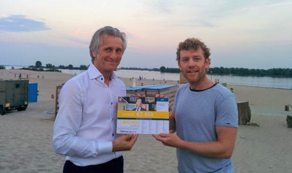 Overhandiging donatie zonnedak Rutte aan WakaWaka Foundation