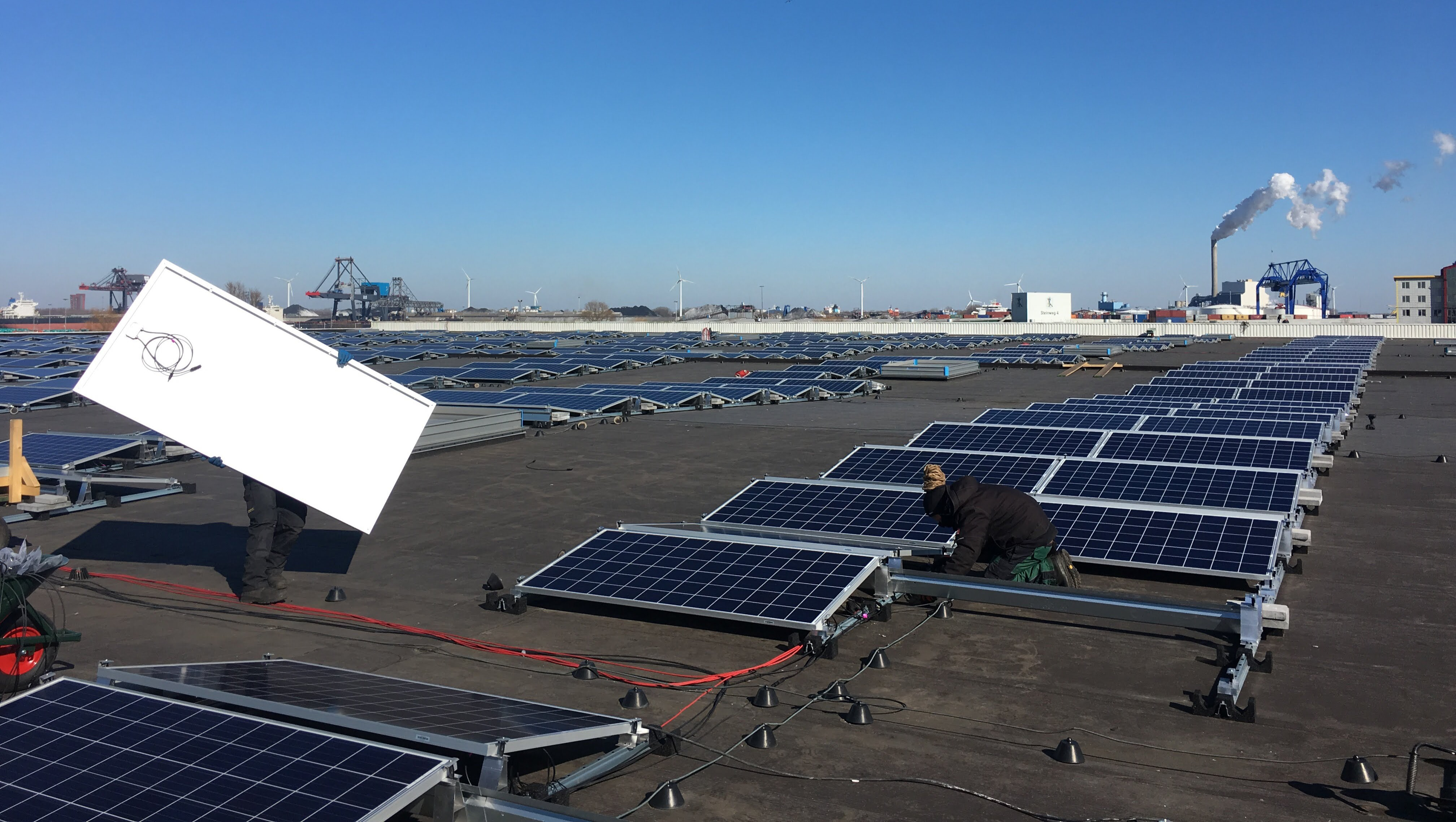 Zonnedak Nissan in opbouw - gestapelde projectfinanciering voor zonnepanelen