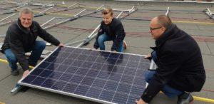 Eerste zonnepaneel bij Zonnedak Oosterhout
